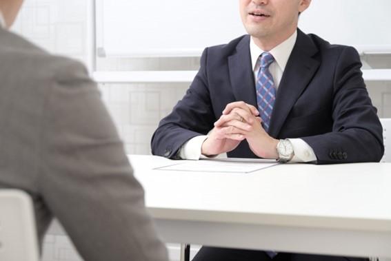 面談をする男性